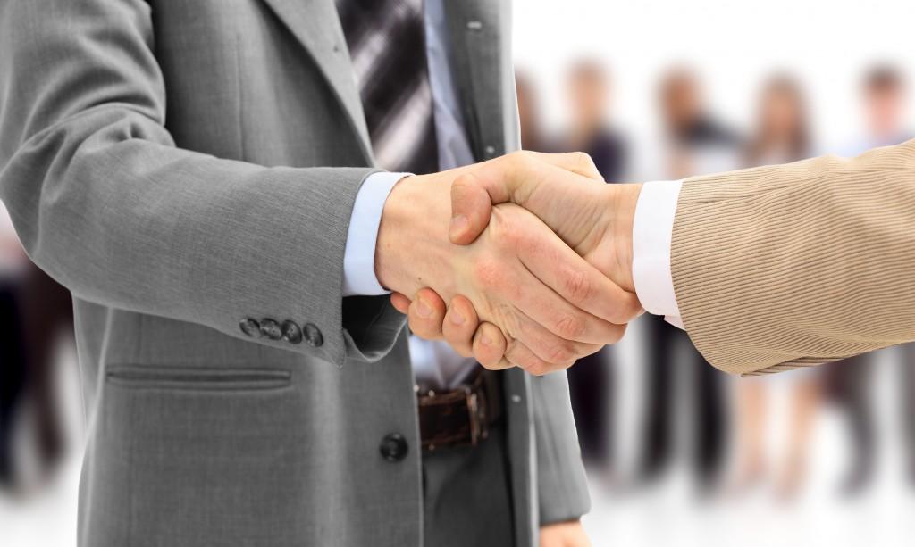 Business people shaking hands - Linkedin tips